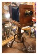 Старинный фотоаппарат на штативе