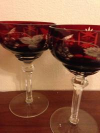 Sarkanas veclaicīgas šampanieša glāzes